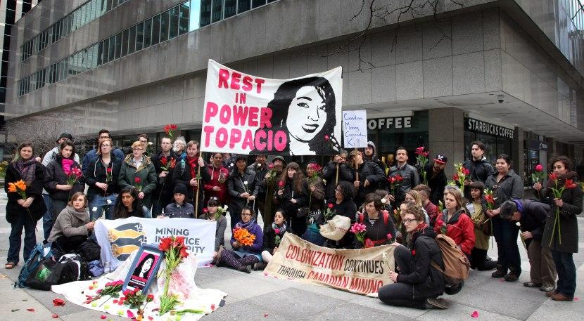 En Toronto, llegaron más de 60 personas a la calle Adelaide donde se ubican las oficinas de Goldcorp para conmemorar la vida de Topacio y denunciar su violento y cobarde asesinato. Foto de Roger Lemoyne.