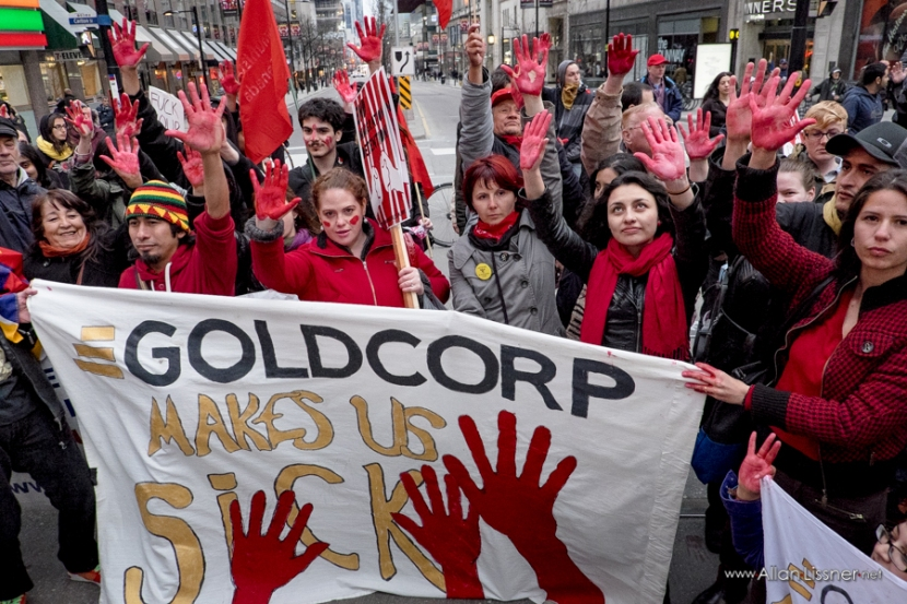 "Marchers raised their hands painted red in solidarity with the international ""Goldcorp me enferma"" [Goldcorp makes us sick] campaign. Photo by Allan Lissner."
